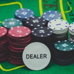 dealer et jetons - casino baccarat