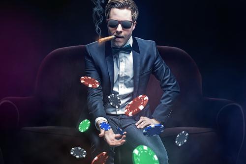 joueur de poker qui lance ses jetons en l'air